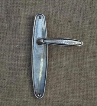 Maniglia per porta su placca serie OVALE Collezione GIARA foro Yale in metallo Britannio
