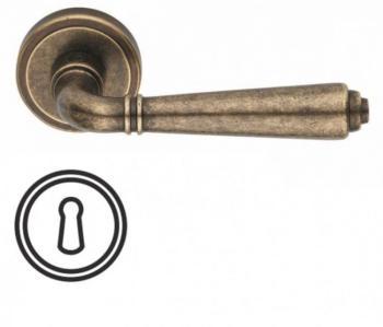 Maniglia per porta Valli & Valli H 1037 serie Teseo con rosetta bocchetta tonda foro normale Ottone Anticata