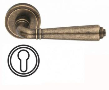 Maniglia per porta Valli & Valli H 1037 serie Teseo con rosetta bocchetta tonda foro yale Ottone Anticata